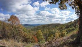 De blauwe Bergen van de Rand in de Herfst Stock Afbeeldingen