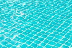 De blauwe bezinning van de het watertextuur van het hemel zwembad Stock Afbeelding