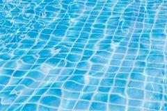 De blauwe bezinning van de het watertextuur van het hemel zwembad Stock Afbeeldingen