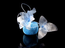 De blauwe bloemen en de rol van breien op een zwarte achtergrond Royalty-vrije Stock Foto
