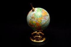 De blauwe Bol van de Wereld op Zwarte Royalty-vrije Stock Afbeeldingen