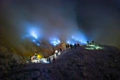 De blauwe brand bij kawah ijen krater, Indonesië Stock Fotografie