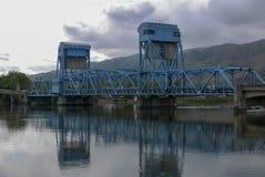 De blauwe brug die van Lewiston Clarkston de Slangrivier overspannen royalty-vrije stock foto's