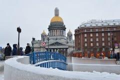 De blauwe brug op de Moika-rivier, op de achtergrond van St Isa Royalty-vrije Stock Foto