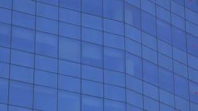 De blauwe buitenkant van de bouwvensters stock footage