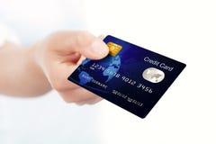 De blauwe creditcard holded door hand Stock Foto's