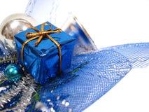 De blauwe decoratie van Kerstmis, doos met handbell en ballen Royalty-vrije Stock Foto