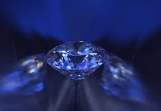 De blauwe diamant van de close-up in blauw licht. Stock Afbeeldingen