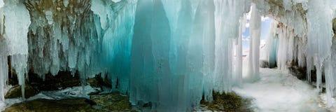 De blauwe die grot van het Ijshol op Olkhon-Eiland, Meer Baikal, met ijskegels wordt behandeld Cilindrisch panorama 360 royalty-vrije stock afbeeldingen