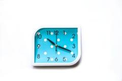 De blauwe die wekker op witte achtergrond wordt geïsoleerd, sluit omhoog Blauwe wekker het knippen weg Stock Foto's