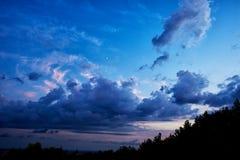De blauwe diepe hemel van de wolkenzonsondergang ruimte Royalty-vrije Stock Fotografie