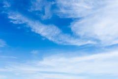 De blauwe Duidelijke Hemel betrekt Achtergrond Stock Foto's
