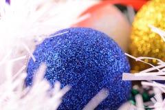 De blauwe en gele Kerstmisballen sluiten omhoog Royalty-vrije Stock Foto