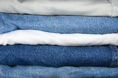 De blauwe en Kaki Close-up van de Stapel van Jeans stock fotografie
