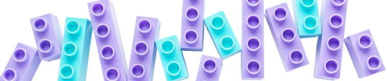 De blauwe en purpere bakstenen van kinderen Banner voor de plaats Het concept kinderjaren, hobbys, achtergronden stock foto