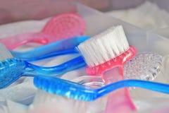 De blauwe en roze borstels voor hardwaremanicure en pedicure in bureaulade, drogen na sterilisatie stock foto