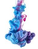 De blauwe en roze daling van de inktkleur onderwater stock afbeeldingen