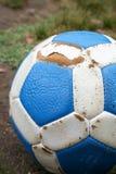 De blauwe en witte bal van het leervoetbal Stock Afbeelding