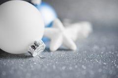 De blauwe en witte Kerstmisornamenten schitteren vakantieachtergrond Vrolijke Kerstkaart Stock Foto's
