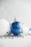 De blauwe en witte Kerstmisornamenten schitteren vakantieachtergrond Vrolijke Kerstkaart Stock Fotografie
