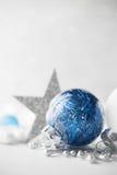De blauwe en witte Kerstmisornamenten schitteren vakantieachtergrond Vrolijke Kerstkaart Royalty-vrije Stock Afbeeldingen