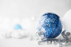 De blauwe en witte Kerstmisornamenten schitteren vakantieachtergrond Vrolijke Kerstkaart Stock Afbeelding