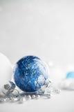 De blauwe en witte Kerstmisornamenten schitteren vakantieachtergrond Vrolijke Kerstkaart Stock Afbeeldingen
