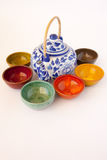 De blauwe en Witte Theepot van China met Gekleurde Ceramische Schotels Royalty-vrije Stock Afbeeldingen