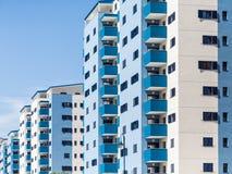 De blauwe en Witte Torens van het Flatgebouw met koopflats Royalty-vrije Stock Afbeelding