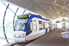 De Blauwe en Witte Tram van Alstom royalty-vrije stock foto's
