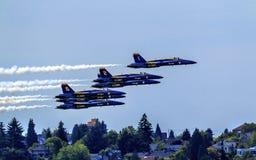 De blauwe Engelen sluiten het Vliegen over de Huizen Washington van Seattle Stock Afbeelding