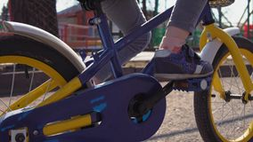 De blauwe fiets van kindpedalen in oud park stock footage
