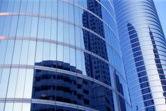 De blauwe gebouwen van de de voorzijdewolkenkrabber van het spiegelglas royalty-vrije stock fotografie