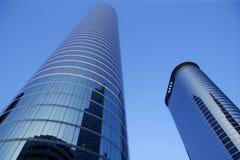 De blauwe gebouwen van de de voorzijdewolkenkrabber van het spiegelglas royalty-vrije stock foto