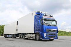 De blauwe Gecontroleerde Vrachtwagen van Volvo FH Temperatuur Royalty-vrije Stock Afbeeldingen