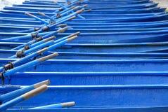 De blauwe Gedokte Boten van de Rij Stock Afbeeldingen
