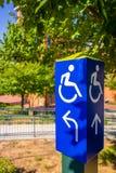 De blauwe gehandicapten rijden stoel postteken Stock Afbeeldingen