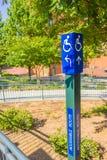 De blauwe gehandicapten rijden stoel postteken Stock Afbeelding