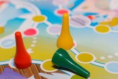 De blauwe, gele en rode plastic spaanders, dobbelen en schepen spelen voor kinderen in Stock Afbeeldingen