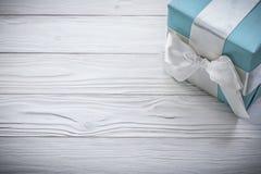 De blauwe giftdoos met wit lint op houten raadsvieringen bedriegt Royalty-vrije Stock Fotografie