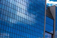 De blauwe glas bedrijfsbouw Stock Afbeeldingen