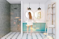 De blauwe gootsteen van de zolderbadkamers en douche, planken, vrouw Royalty-vrije Stock Afbeelding