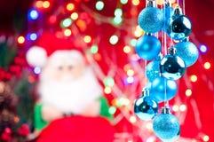 De blauwe hangende snuisterijen van Kerstmis met de Kerstman Royalty-vrije Stock Afbeelding