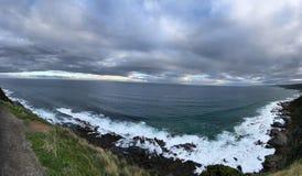 De blauwe hemel in de afstand, het enorme overzees, de witte nevel dichtbij, royalty-vrije stock foto