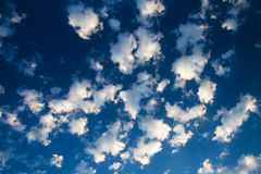 De blauwe hemel en de partijen kleine witte wolken, kunnen worden gebruikt Royalty-vrije Stock Afbeeldingen