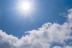 De blauwe hemel en de zon Stock Afbeelding