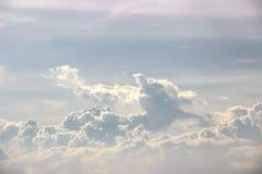 De blauwe hemel en de witte wolken voor bedrijfsdoelstellingen voegen inspiratie toe Royalty-vrije Stock Foto