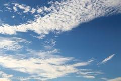 De blauwe hemel en de witte wolken zijn prachtig gevormd Royalty-vrije Stock Afbeelding