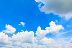 De blauwe hemel levendig met de mooie wolkenkunst van aard en de exemplaarruimte voor voegen tekst toe Stock Foto's