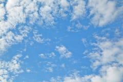 De blauwe hemel met witte wolken Royalty-vrije Stock Foto's